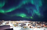 Groenlandia bajo la aurora boreal